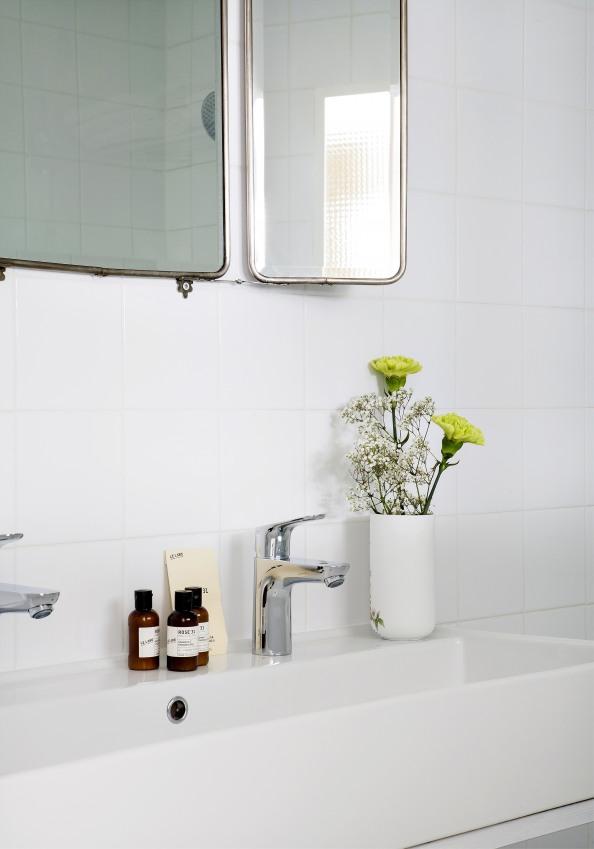 salle-de-bain-romantique-de-l-hotel-henriette-deux-robinets-avec-vase-sizel-158271-1200-849