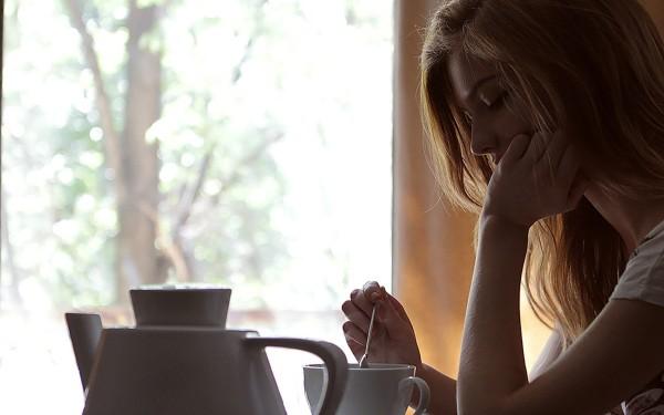 mujer-tomando-cafe-e1430839958552