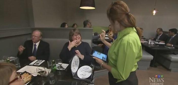 Los-clientes-entran-en-contacto-con-el-lenguaje-de-sordos-americano